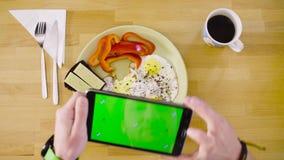 Samiec wręcza strzelać omelette z pastylką zdjęcie wideo