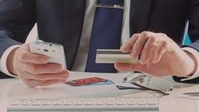 Samiec wręcza trzymać kredytową kartę i telefon komórkowego zbiory