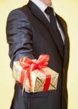 Samiec wręcza trzymać prezent Zdjęcie Stock