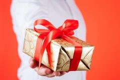 Samiec wręcza trzymać prezent Zdjęcia Royalty Free