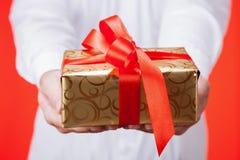 Samiec wręcza trzymać prezent Fotografia Royalty Free