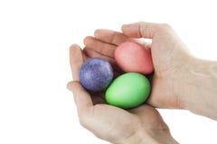 Samiec wręcza trzymać Wielkanocnych jajka Obrazy Royalty Free