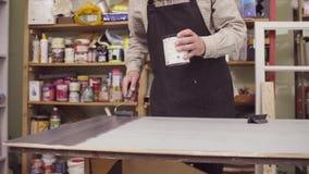 Samiec wręcza tworzyć drewnianego wzór z specjalnym znaczkiem zbiory wideo