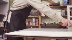 Samiec wręcza zakrywać drewnianą powierzchnię z elementarzem zdjęcie wideo