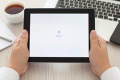 Samiec wręcza mienia iPad z app Apple Store na ekranie Obrazy Stock