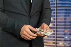 Samiec wręcza mienie amerykanina dolary Zdjęcie Stock