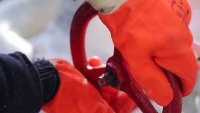 Samiec z rękawiczkami otwiera klapę, zamyka lub gaz lub biopaliwo dla wejścia zdjęcie wideo