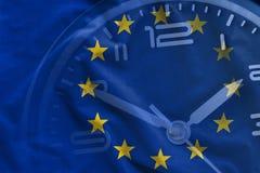 Samkopiering av EU-flaggan och visartavlan av en klocka arkivbild