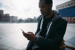 Samkväm Media Communication Eftertänksam svart man royaltyfri fotografi