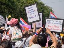 Samla av anti--regering personer som protesterar arkivbild
