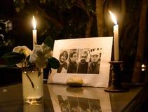 Samla i hedersgåva till offren av den Paris terroristattacen Arkivfoto