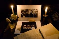 Samla i hedersgåva till offren av den Paris terroristattacen Royaltyfri Fotografi