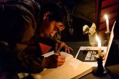 Samla i hedersgåva till offren av den Paris terroristattacen Arkivbild