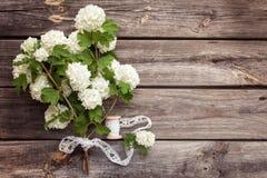 Samla ihop buketten av vita blommor med snör åt på mörker åldras riden ut träbakgrund Arkivbild