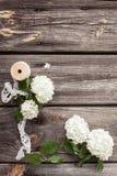 Samla ihop buketten av vita blommor med snör åt på mörker åldras riden ut träbakgrund Royaltyfria Bilder