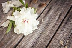 Samla ihop buketten av vita pioner på en träbakgrund blommar fractalramillustrationen Royaltyfria Bilder