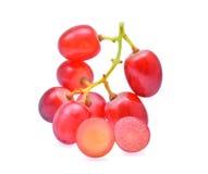 Samla ihop den röda kärnfria karmosinröda druvan som isoleras på vit bakgrund Arkivfoto