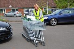Samla supermarketspårvagnar, England Arkivfoto
