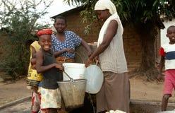 Samla vatten i Burundi. arkivbild