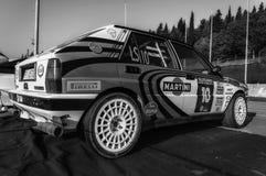 Samlar den gamla tävlings- bilen för LANCIA DELTAINT 16V 1994 LEGENDEN 2017 det berömda SANMARINSKA historiska loppet Arkivbild