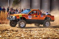 Samlar den orange lastbilen för HD som upp sparkar damm på vänden ar Arkivbilder