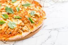 Samlar musslor pizza - italiensk mat Arkivfoton