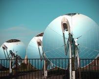 samlarear besegrar paraboliskt sol- arkivbild