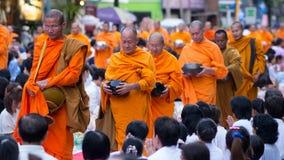 Samlas allmosa som ger sig i Bangkok, Thailand royaltyfri foto