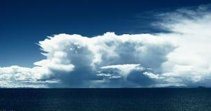 samlas enorma moln 4k på sjönamtsoen, Lingling som skimrar mansarovar Tibet arkivfilmer