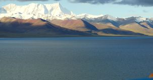 samlas snöar enorma moln 4k rullning över sjönamtso & berget, mansarovar Tibet stock video