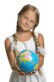 samlat pussel för flickajordklothåll Royaltyfria Bilder