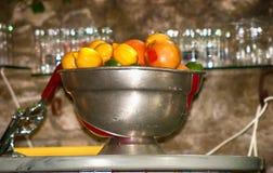 Samling av apelsiner och citroner i en metallbunke royaltyfria bilder