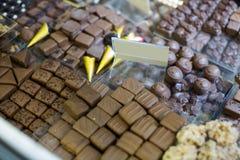 Samling av choklader med olika fyllningar på te-rum Royaltyfri Foto