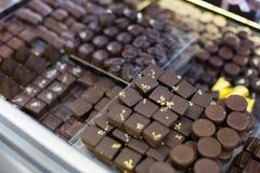 Samling av choklader med olika fyllningar på te-rum Arkivfoton