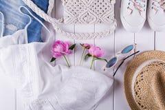 Samling av collage för kläder och för tillbehör för sommar för kvinna` s på vit, lekmanna- lägenhet, Royaltyfri Foto