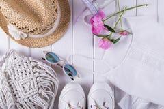 Samling av collage för kläder och för tillbehör för sommar för kvinna` s på vit, lekmanna- lägenhet, Fotografering för Bildbyråer