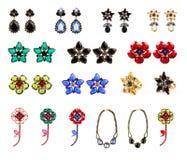 Samling av crystal smycken, örhängen, cirklar, halsband och br Arkivbild