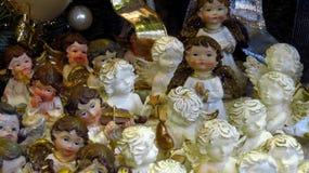 Samling av dekorativa julänglar på julmarknaden Arkivbild