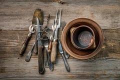 Samling av den antika lantliga dishwaren, topview Royaltyfri Foto