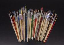 Samling av den använda konstnären Paintbrushes arkivfoto