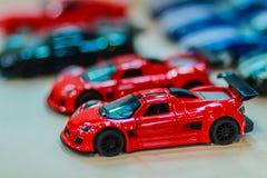 Samling av den färgrika lilla gulliga bilen Slut upp gullig mycket liten modell Arkivfoton