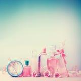 Samling av den olika skönhetflaskor och behållaren med kosmetiska produkter: uppiggningsmedel lotion, doft, fuktighetsbevarande h Arkivbild