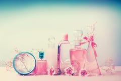 Samling av den olika skönhetflaskor och behållaren med kosmetiska produkter: uppiggningsmedel lotion, doft, fuktighetsbevarande h Arkivbilder