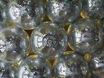 Samling av diskospegelbollar som hänger på ett tak royaltyfria bilder