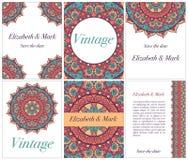 Samling av etniska kort och bröllopinbjudningar med den indiska prydnaden Arkivbild