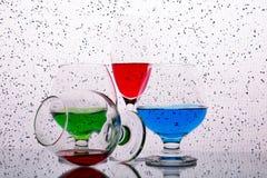 Samling av exponeringsglas med kulöra drinkar arkivbilder