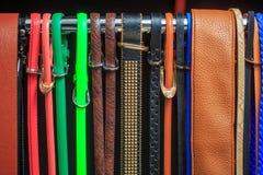 Samling av färgrika bälten på kuggen Arkivbilder
