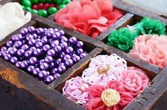 Samling av färgrika broscher, pärlor och hårben Arkivbild