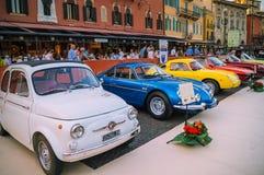 Samling av färgrika gamla bilar som parkeras på gatorna arkivbild