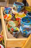 Samling av färgrika koppar som är till salu på basaren Arkivfoto